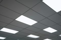 Het witte plafond met neonlichtbollen uprisen binnen mening als achtergrondbinnenhuisarchitectuurconcept met exemplaarruimte royalty-vrije stock fotografie