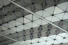 Het witte plafond met neonlichtbollen uprisen binnen mening als achtergrondbinnenhuisarchitectuurconcept met exemplaarruimte royalty-vrije stock foto