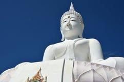 Het witte standbeeld van Boedha Stock Foto's