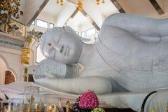 Het witte standbeeld van Boedha Stock Foto