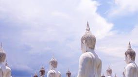 Het witte standbeeld van Boedha Stock Afbeeldingen