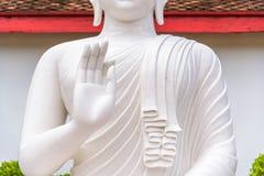 Het witte standbeeld van Boedha Royalty-vrije Stock Afbeelding
