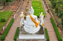 Het witte standbeeld van Boedha bij geruïneerde oude tempel Royalty-vrije Stock Fotografie