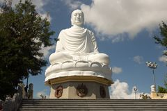 Het witte Standbeeld van Boedha bij Lange Zoonspagode in Nha Trang stock foto's