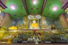 Het witte standbeeld van Boedha bij Su Taung Pyae Pagode stock foto