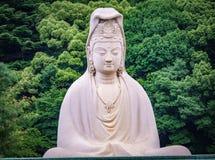 Het witte standbeeld van Boedha in het bos Stock Afbeelding