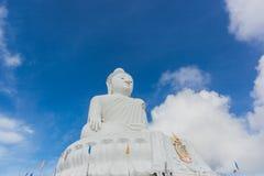 Het witte standbeeld van Boedha met blauwe hemelachtergrond Royalty-vrije Stock Afbeeldingen
