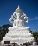 Het witte Standbeeld van Boedha met Naga Zeven Hoofden op Blauwe Hemelachtergrond Royalty-vrije Stock Foto's