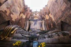 Het witte standbeeld van Boedha in oude tempel bij het historische park van Sukothai stock foto's