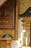 Het witte standbeeld van de beschermerleeuw voor gouden Lanna-tempel royalty-vrije stock foto