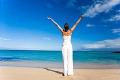 Het witte strand van de yoga stock fotografie