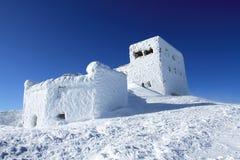 Het witte stuk speelgoed toont fort op de ongelijke sneeuwoppervlakte onder zonlicht Royalty-vrije Stock Afbeelding