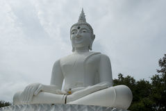 Het witte Thaise standbeeld van Boedha Stock Fotografie