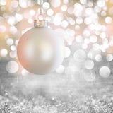 Het witte Uitstekende Ornament van Kerstmis over Grijze Grunge Royalty-vrije Stock Fotografie