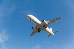 Het witte vliegtuig gaat van start stock foto's