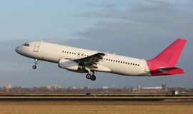 Het witte vliegtuig opstijgen Royalty-vrije Stock Foto