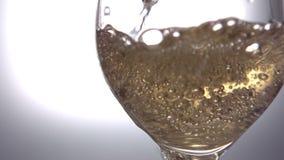 Het witte wijn gieten in wijnglas stock footage