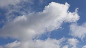 Het witte wolken snelle vliegen in de blauwe hemel stock footage