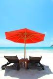 Het witte zand van ligstoelen Royalty-vrije Stock Afbeeldingen
