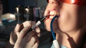 Het witten van tandenclose-up in langzame motie stock footage