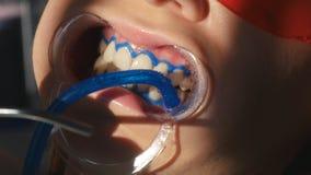 Het witten van tandenclose-up in langzame motie stock videobeelden
