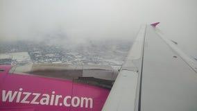 Het WizzAira320 vliegtuig stijgt van de Luchthaven van Lublin op stock footage
