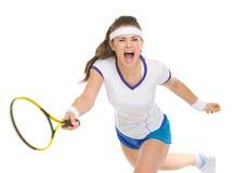 Het woeden tennisspeler die bal raken Stock Fotografie