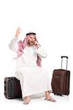 Het woedende Arabische schreeuwen op een mobiele telefoon Stock Foto's