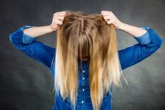 Het woedende haar van de vrouwentrekkracht uit hoofd Stock Foto's