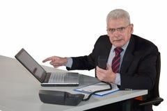 Het woeste kijken hogere manager die op telefoon bespreekt Stock Foto's