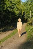 Het wolking van het meisje langs bos roud royalty-vrije stock foto's