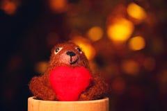 Het wolstuk speelgoed draagt rode gouden bokehstudio van het hart houten glas stock afbeeldingen