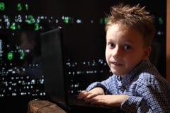 Het wonder van de YYoungschooljongen - een hakker Hakker op het werk Royalty-vrije Stock Afbeelding