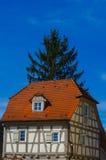 Het woonhuis van de tudorstijl met blauwe hemel op achtergrond Stock Fotografie