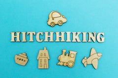 Het woord 'hierboven lift 'en het cijfer van de auto op een blauwe achtergrond van, vliegtuig, trein, schip, hotel - van onderaan stock afbeelding