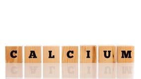 Het woord - Calcium - op houten blokken royalty-vrije stock afbeeldingen