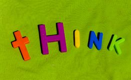 Het woord denkt door kleurrijke stuk speelgoed brieven wordt geschreven die stock afbeelding