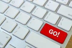 het woord gaat op een rode sleutel die van het computertoetsenbord wordt geschreven Stock Foto's
