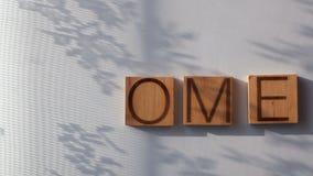 Het woord` HUIS ` wordt opgemaakt in houten brieven stock video