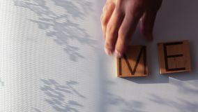 Het woord` HUIS ` wordt opgemaakt in houten brieven stock footage