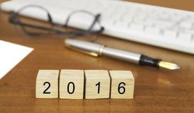 Het woord 2016 op houten zegel Stock Fotografie