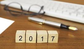 Het woord 2017 op houten zegel Stock Foto