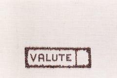 Het woord valute binnen een rechthoek maakte van koffiebonen, bij de bodem worden gericht die stock fotografie