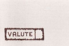 Het woord valute binnen een rechthoek maakte van koffiebonen, bij de verlaten die bodem worden gericht royalty-vrije stock afbeelding