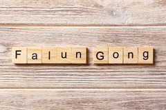 Het woord van de Falungong op houtsnede wordt geschreven die De tekst van de Falungong op lijst, concept Stock Foto's