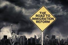 Het woord van de immigratiehervorming met voorziet onder onweer van wegwijzers Stock Afbeeldingen