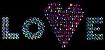 Het woord van de liefde dat door kristallen met een hart op zwarte wordt gemaakt Royalty-vrije Stock Afbeeldingen