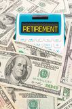 Het woord van de pensionering op calulator met Amerikaanse nota's Stock Afbeeldingen