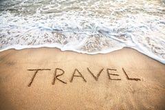 Het woord van de reis op het strand Stock Afbeeldingen