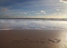 Het woord van de vakantie in zand wordt geschreven dat Stock Afbeelding
